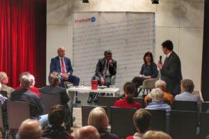 Diskussionsrunde am 19.02.2019 im Theater im Zimmer in Hamburg:  Katja Wolter mit Bundestagsabgeordneten Dr. Wieland Schinnenburg (1. v.l.)  und Journalist Claus Müller von der Grün (2. v.l.)